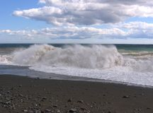 на заднем плане больший прибой волны пляжа океана на береге с ясной морской водой стоковые фотографии rf