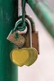 На закрывать железного моста прокладывая рельсы в форме сердц padlocks Стоковое Фото