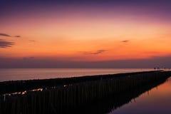 На заходе солнца на взморье Стоковые Изображения