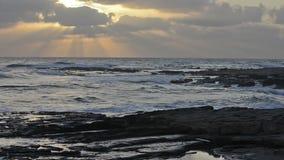 над заходом солнца моря сток-видео