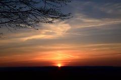 над заходом солнца поля Стоковая Фотография