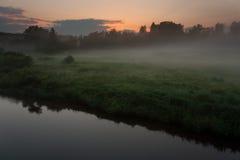 над заходом солнца реки Стоковая Фотография
