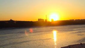 над заходом солнца реки сток-видео