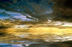 над заходящим солнцем моря Стоковые Изображения