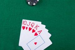 На зеленом цвете таблица игры выигрыш 5 карточек Стоковые Фотографии RF