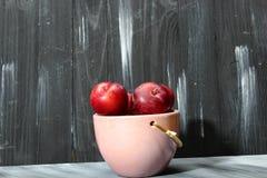 Надземная съемка красных слив вишни на серой предпосылке Стоковая Фотография RF