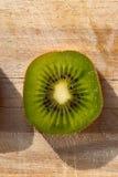 Надземная съемка макроса куска кивиа на деревянной доске Стоковая Фотография