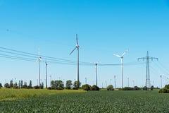 Надземные кабели и windwheels в Германии Стоковые Фото