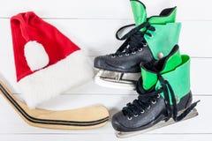 Надземный взгляд аксессуаров коньков льда хоккея помещенных на белом w Стоковое фото RF