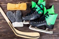 Надземный взгляд аксессуаров коньков льда хоккея помещенных на старой Руси Стоковые Фото