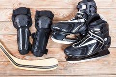 Надземный взгляд аксессуаров коньков льда хоккея помещенных на старой Руси Стоковое Изображение RF