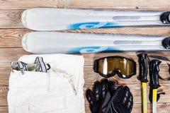 Надземный взгляд аксессуаров лыжи помещенных на деревенском деревянном столе стоковое изображение