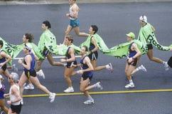 Надземный взгляд бегунков в марафоне Los Angeles, бульваре экспозиции Лос-Анджелес, CA Стоковые Изображения RF