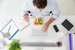Надземный взгляд бизнесмена работая на компьютере в офисе Стоковое Фото