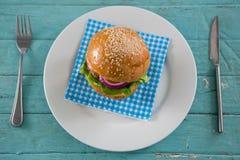 Надземный взгляд бургера на салфетке в плите Стоковые Изображения RF