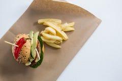 Надземный взгляд бургера с французом жарит на бумаге Стоковая Фотография RF