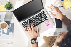 Надземный взгляд вскользь бизнесмена работая на компьтер-книжке на современном офисе Стоковые Изображения RF