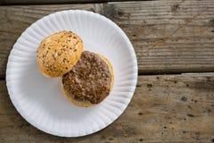 Надземный взгляд гамбургера в плите Стоковое Фото
