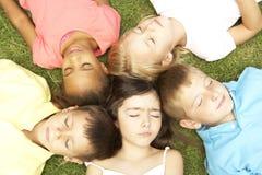 Надземный взгляд группы в составе отдыхая дети Стоковое фото RF