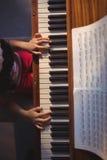 Надземный взгляд девушки играя рояль в классе Стоковое фото RF