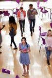 Надземный взгляд женского студента колледжа в столовой Стоковое Фото