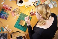 Надземный взгляд женщины делая ювелирные изделия дома Стоковые Фото