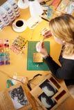 Надземный взгляд женщины делая ювелирные изделия дома Стоковые Изображения RF
