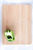 Надземный взгляд зеленого перца на деревянной доске Стоковое фото RF