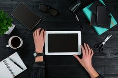 Надземный взгляд коммерсантки работая на компьютере в офисе против темной предпосылки Стоковое фото RF