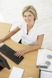 Надземный взгляд коммерсантки работая на столе используя таблетку цифров Стоковые Изображения