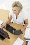 Надземный взгляд коммерсантки работая на столе Стоковые Изображения RF