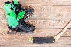 Надземный взгляд коньков хоккейной клюшки и льда на старом деревенском woode Стоковое Изображение