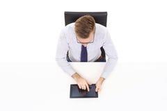 Надземный взгляд красивого бизнесмена работая с планшетом в офисе Дело и концепция офиса Стоковые Фотографии RF