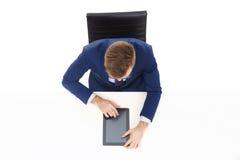 Надземный взгляд красивого бизнесмена работая с планшетом в офисе Дело и концепция офиса Стоковая Фотография