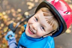 Надземный взгляд мальчика велосипедиста outdoors в парке Стоковые Фото