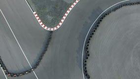 Надземный взгляд мотоцикла катания человека на гоночном треке сток-видео