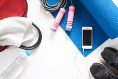 Надземный взгляд оборудования спорта, скача веревочки, бутылки воды Стоковая Фотография RF
