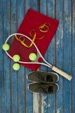 Надземный взгляд оборудования тенниса и рулетка на салфетке ботинками спорт Стоковое Фото