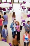 Надземный взгляд пар студента колледжа в столовой стоковое изображение
