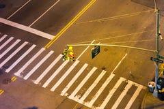 Надземный взгляд пересечения улицы на ноче в NYC Стоковая Фотография