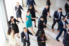 Надземный взгляд предпринимателей танцуя в лобби офиса стоковая фотография rf