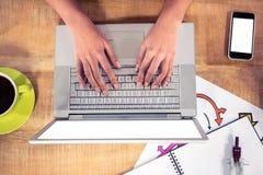Надземный взгляд рук печатая на клавиатуре компьтер-книжки Стоковое Изображение RF