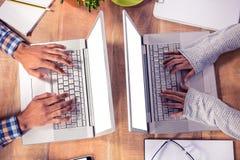 Надземный взгляд рук печатая на клавиатуре компьтер-книжки Стоковое Изображение