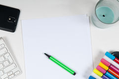 Надземный взгляд стола художников с клавиатурой и ручками компьютера Стоковые Фотографии RF