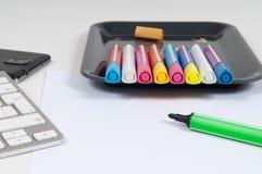 Надземный взгляд стола художников с клавиатурой и ручками компьютера Стоковые Изображения