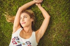Надземный взгляд счастливой женщины лежа на траве Стоковые Фотографии RF