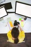 Надземный взгляд фотографа при камера сидя на творческом офисе стоковая фотография