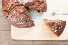 Надземный взгляд шоколадного торта банана с частью отрезка на древесине Стоковая Фотография