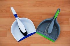 Надземный взгляд brushs с dustpans на паркете Стоковые Фото