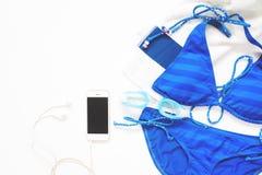 Надземный взгляд smartphone с бикини и изумлённых взглядов в голубом цвете на белизне Стоковые Фотографии RF